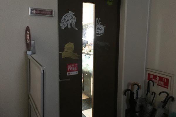 爬虫類カフェROCK STARの入口